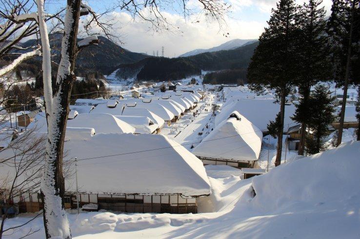 Die kleine ehemalige Poststadt Ouchijuku in Fukushima im Winter.
