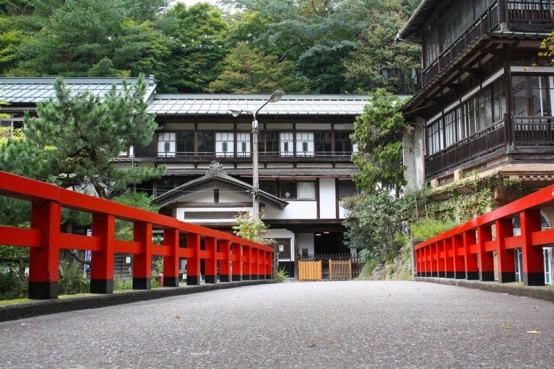 """Die rote Brücke vor dem Ryokan diente als Inspiration für den Animationsfilm """"Chihiros Reise ins Zauberland""""."""