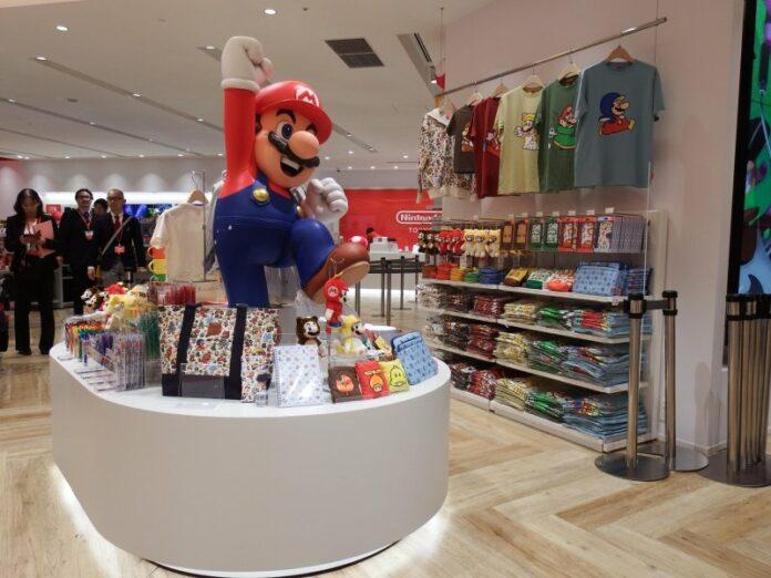 Mario begrüßt die Besucher*innen im Nintendo Shop in Tokyo.