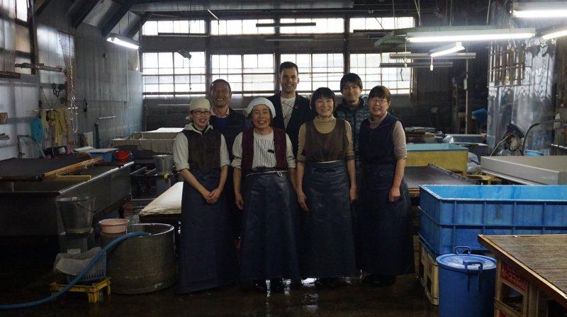 Leben für das Washi-Handwerk: Herr Yanase und seine Angestellten.