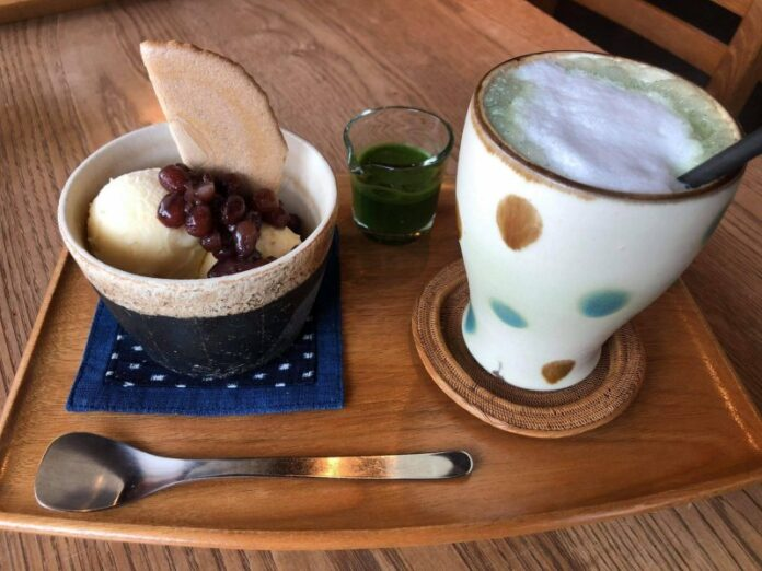 Anmitsu und Matcha Latte - in diesem Café angerichtet auf Töpferwaren aus der Region.