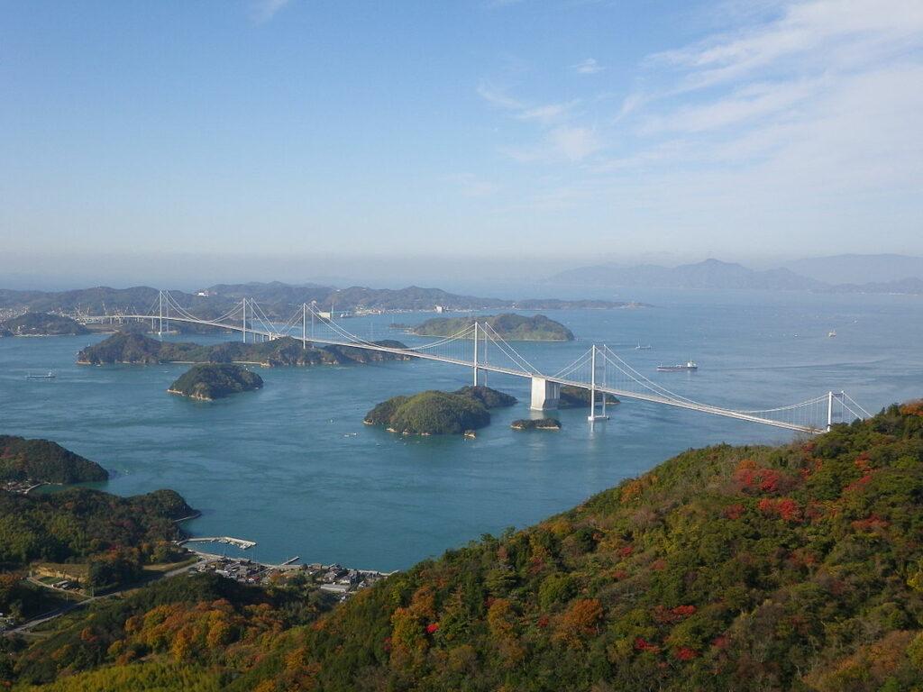 Der Ausblick auf das Seto-Binnenmeer und die Brücke.