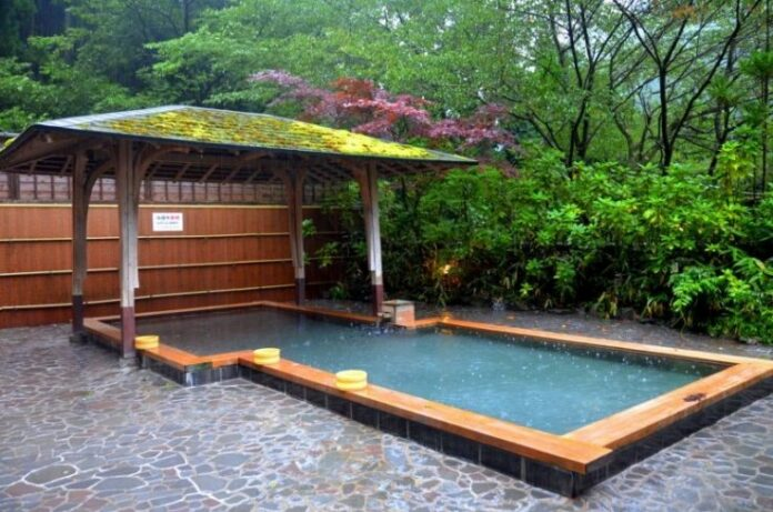 Onsen unter freiem Himmel (jap.: Rotemburo) sind besonders beliebt in Japan.