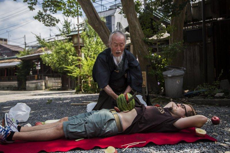 Das Highlight jeder Samurai Aufführung von Joe Okada ist das Zerschneiden einer Wassermelone auf dem Bauch einer*s Teilnehmer*in.