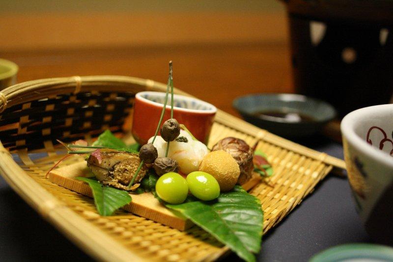 Liebevoll angerichtetes Abendessen auf hohem Niveau ist typisch für klassische Ryokan.