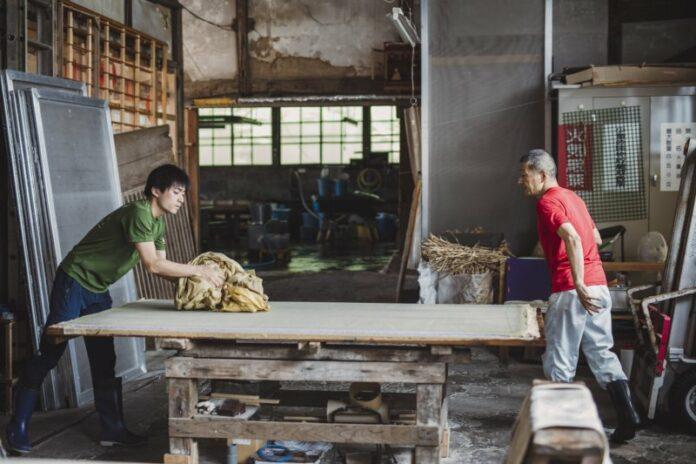 Herr Yanase und sein Sohn bei der Produktion von Washi Papier, einem uralten Handwerk in Japan.