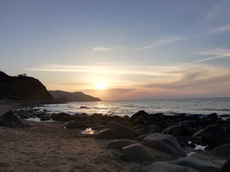 Der Sonnenuntergang am Futamigaura Strand in Itoshima zählt zu den schönsten in Kyushu.