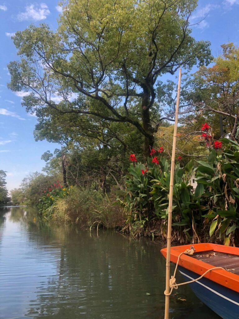 Mit kleinen Booten kann man in Yanagawa durch die Kanäle fahren.
