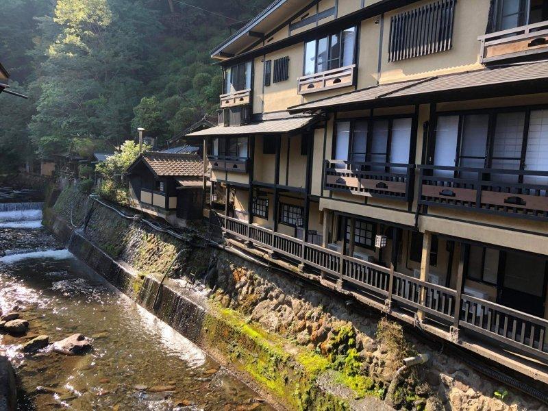 Traditionelle Gebäude und der Blick auf den Fluss machen Kurokawa Onsen so besonders.