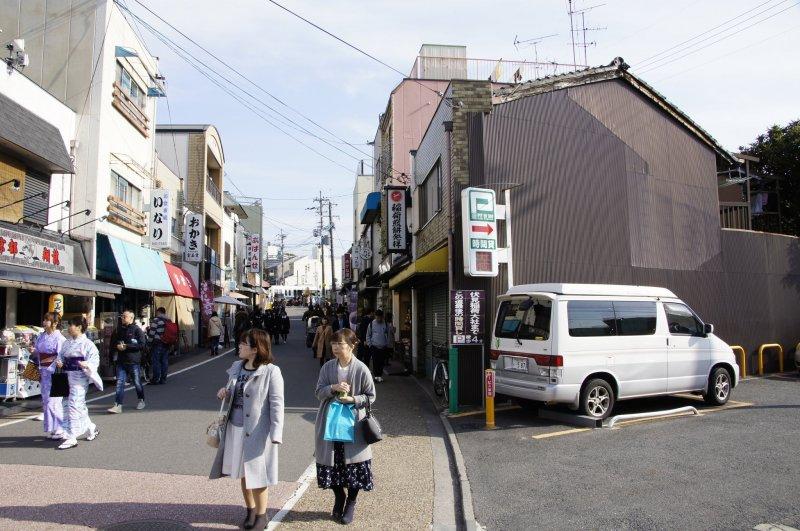 Selbst in Kyoto findet man mit Camper und Auto einen Parkplatz.
