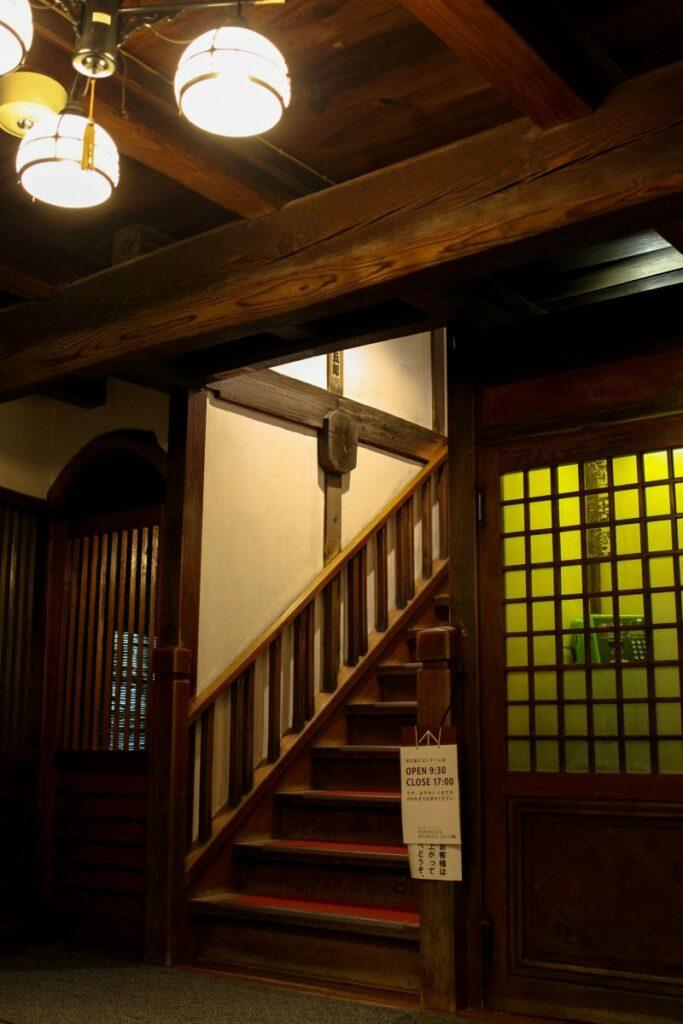 Eine Treppe führt zu den Schlafräumen des Sekizenkan Ryokan.