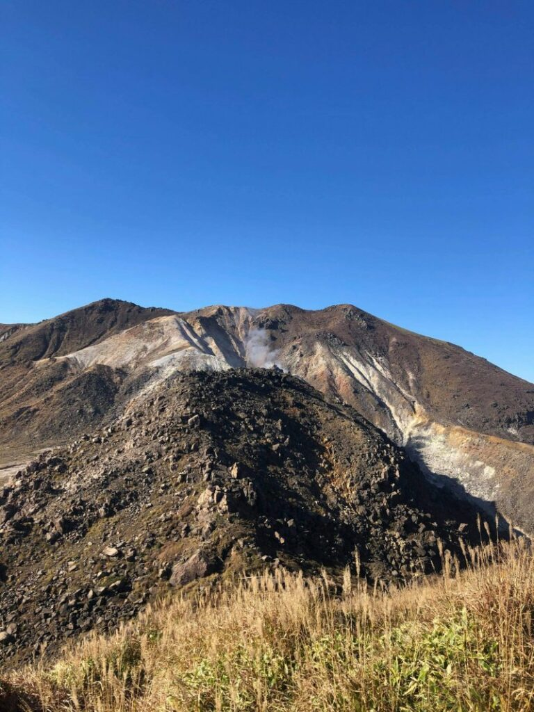 Vulkanische Landschaften prägen die Wanderwege.