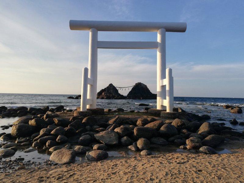 Das schwimmende Torii und der Meotoiwa in Futamigaura.