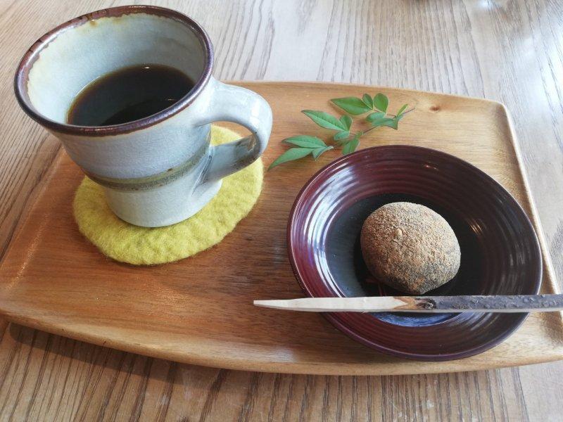 Kaffee und Mochi - liebevoll angerichtet und von hoher Qualität.