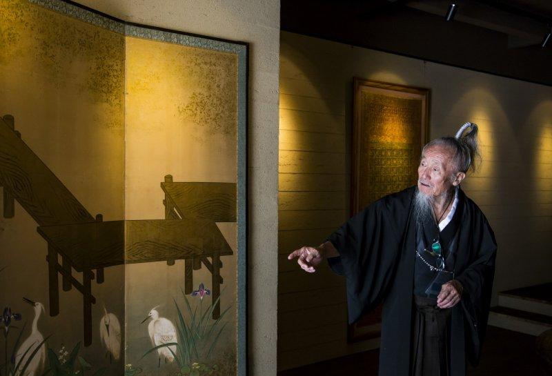 Samurai Joe Okada führt auf seiner Tour auch durch diverse Kunstgeschäfte.
