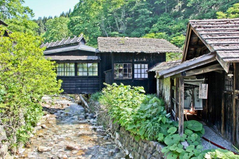 Die Gebäude in Nyuto Onsen versetzen dich in eine andere Zeit.