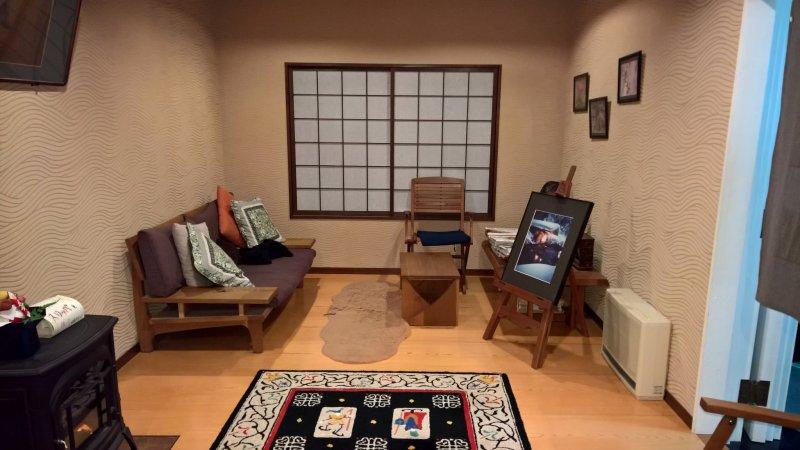 Kleiner süßer Salon im Hauptgebäude des Ganiba Onsen.