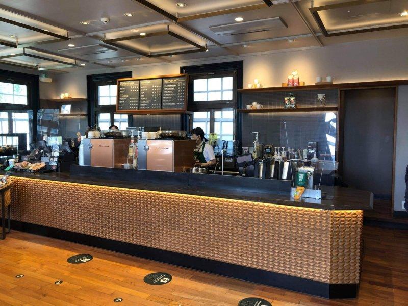 Die lange Theke bietet ungewöhnlich viel Platz für einen Starbucks in Japan.