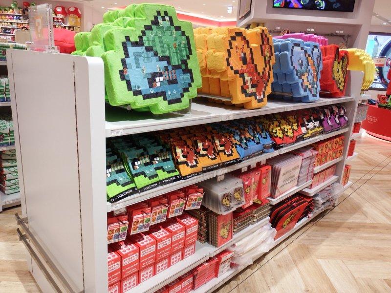 Schnapp sie dir alle! Auch Pokémon Fanartikel kommen im Nintendo Shop nicht zu kurz.