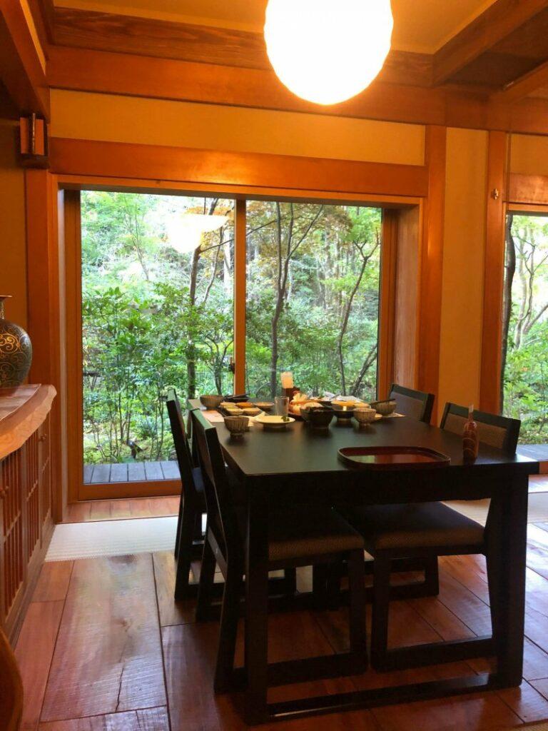 Der Speisesaal bietet einen Blick in den Garten.