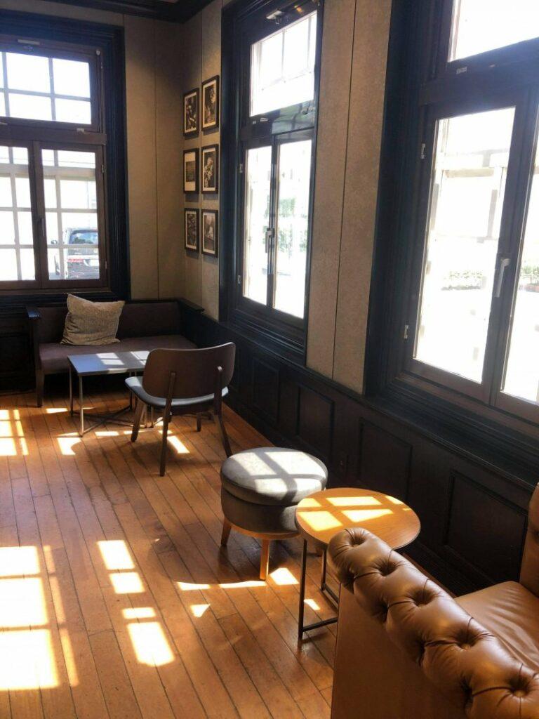 Gewohnt gemütliche Einrichtung auch im Erdgeschoss des Starbucks in Kagoshima.