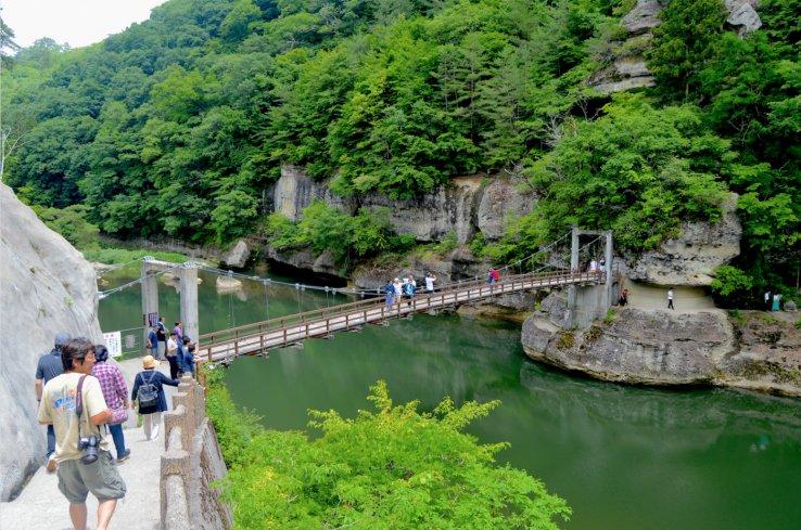 Die Tonohetsuri Brücke führt an beeindruckenden Landschaften in Fukushima vorbei.