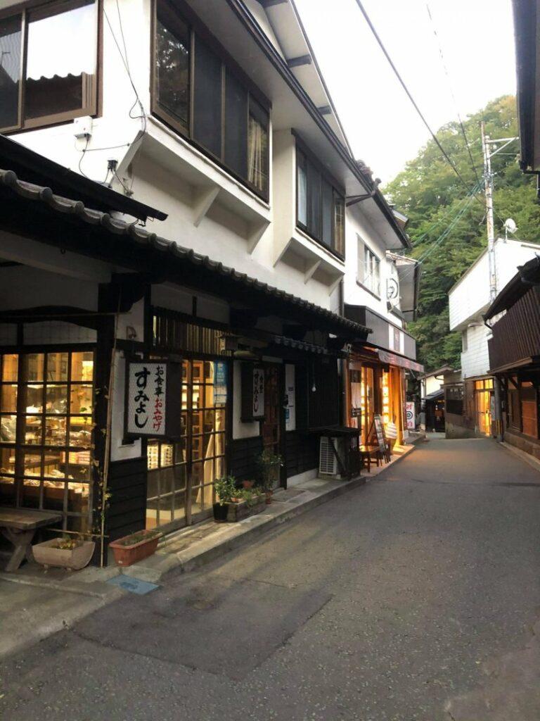 Die charmante Hauptstraße in Kurokawa Onsen ist voller Cafés und kleiner Geschäfte.