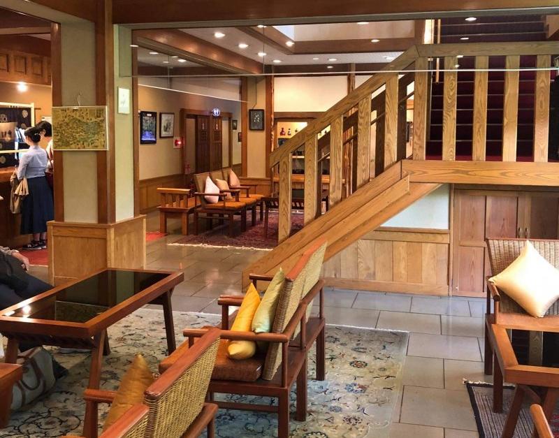 Die Treppe führt zu den traditionellen Zimmern des Okunoyu Ryokan.