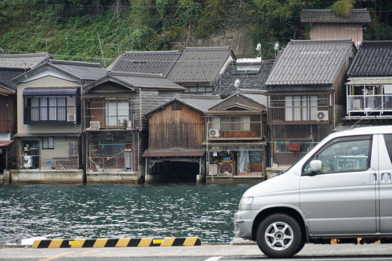 Ine, mit seinen berühmten Bootshäusern, bietet einen zentral gelegenen Michi no Eki - kostenlos Übernachten mit Blick auf den Ort und das Meer.