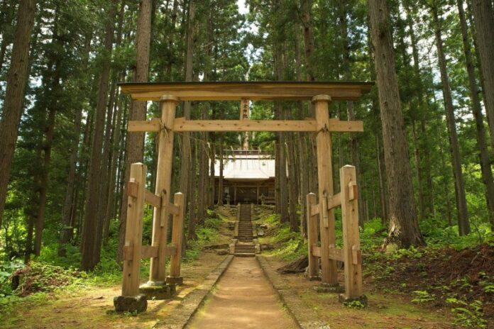 Ein Tempel im Wald nahe Ouchijuku in Fukushima.