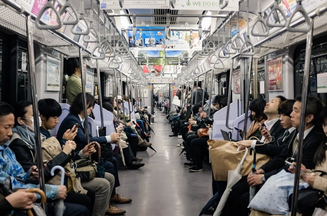 Bahnen in Japan werden zum Schutz gegen das Coronavirus und COVID-19 vermehrt gelüftet.