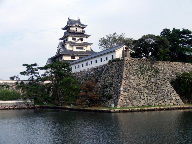Die Burg Imabari in Ehime beeindruckt mit ihrem gewaltigen Burggraben.