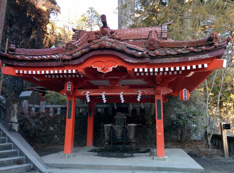 Bevor man das Innere des Haruna Schreins in Gunma betritt, reinigt man sich hier.