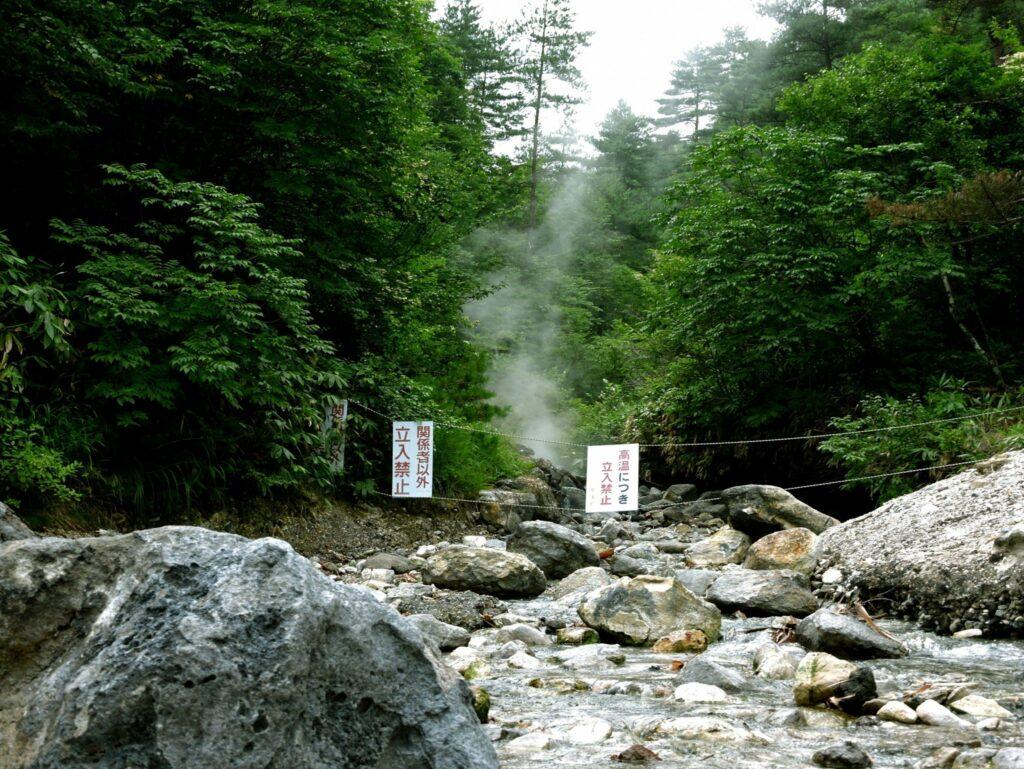 Heiße Quellen dampfen im Sainokawara Park in Gunma.