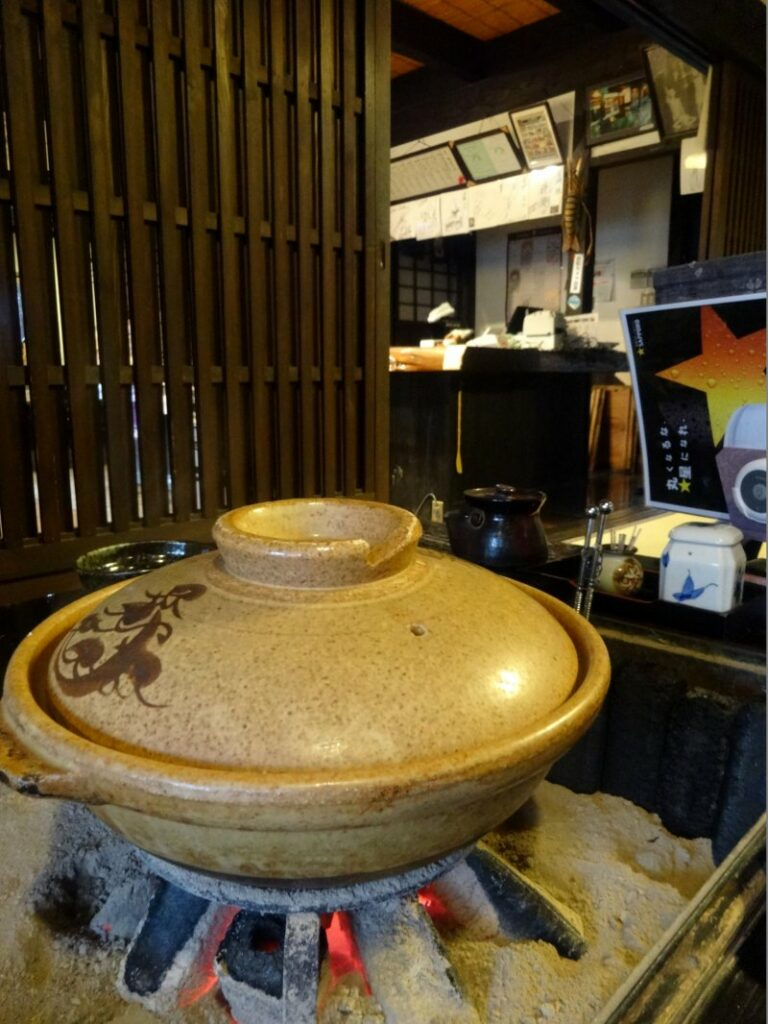 Der Tofu wird in traditionellem Geschirr gekocht.