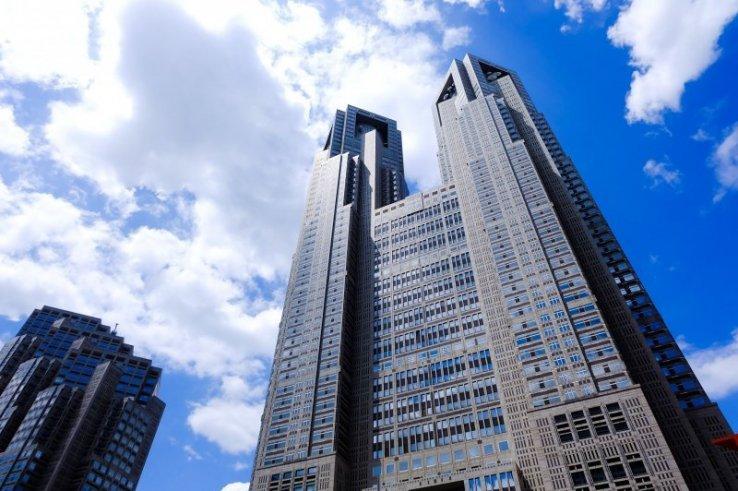 Tokyo Metropolitan Government Building bietet in beiden Türmen je eine kostenlose Aussichtsplattform.