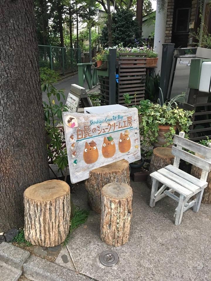 Das Äußere des Cafés lässt einen in die Welt von Ghibli und Totoro eintauchen.