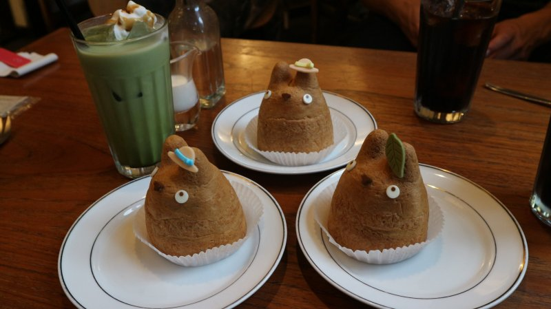 Die Totoro Windbeutel und ein Matcha Latte.
