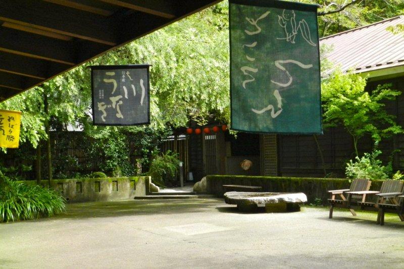 Der grüne Innenhof des Tenzan Onsen.