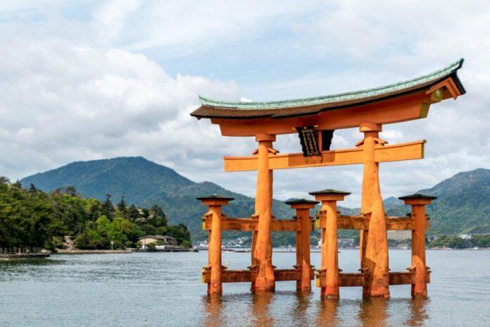 Das ikonische schwimmende Tor des Itsukushima Schreins in Hiroshima.