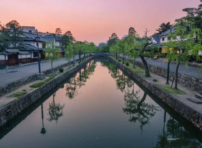 Blick über den Kanal entlang des Bikan Viertels in Kurashiki.