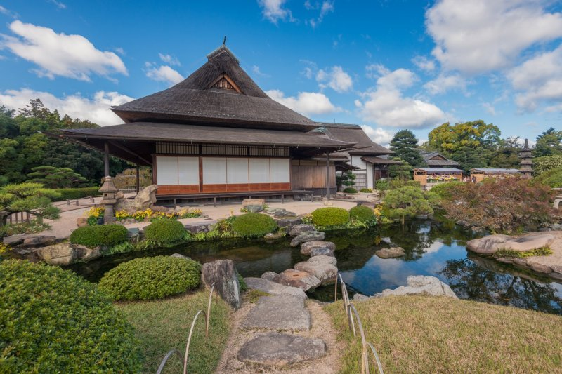 Ein schmaler Steinpfad führt zum Enyo-tei Haus im Korakuen.