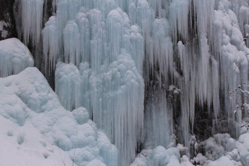 Die Hida Daishonyudo Eishöhle beeindruckt.