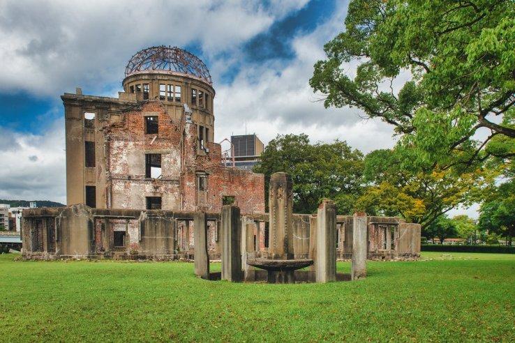 Das Friedensdenkmahl Hiroshima steht im Friedenspark der Stadt.