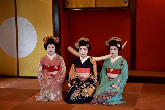 Die farbenfroh gekleideten Maiko im Somaro Teehaus in Sakata.