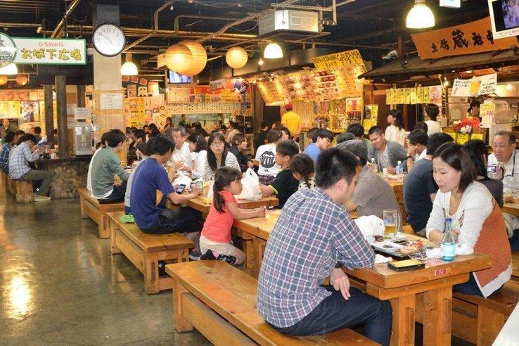 Der Hirome Markt bietet kulinarische Highlights und wird vor allem von Einheimischen besucht.