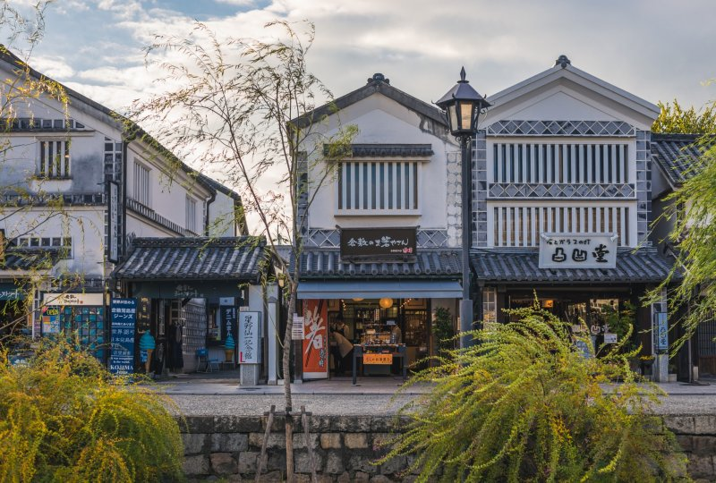 Kleine Geschäfte und Cafés säumen das Bikan Viertel in Kurashiki.