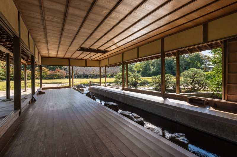 Ein kleiner Strom führt durch das Ryuten Pavillon.