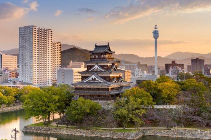 Die Burg Hiroshima mit der gleichnamigen Stadt im Hintergrund.