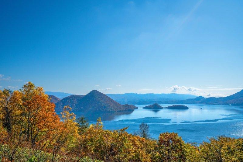 Der Toya See im Herbst.